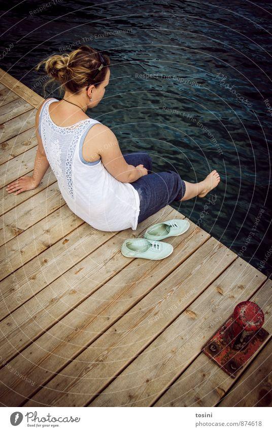 einfach mal abschalten Ferien & Urlaub & Reisen Sommer feminin Junge Frau Jugendliche Erwachsene 1 Mensch 18-30 Jahre sitzen Erholung Pause Denken Gedanke