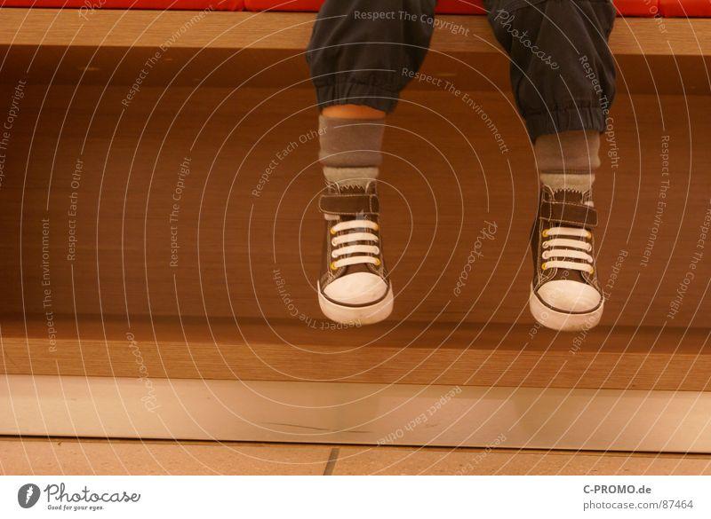 Lieb sitzenbleiben! Schuhe braun Holz Ein Schnäppchen machen Einsamkeit Schlappen Waise Kleinkind Langeweile Kind Möbel Anprobe Bank