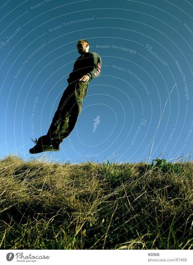 windschief Rückenlage springen Horizont Wiese himmelblau diagonal Geschwindigkeit grün hüpfen Neigung Gras Freude Mann Spielen falling like a bird fliegen