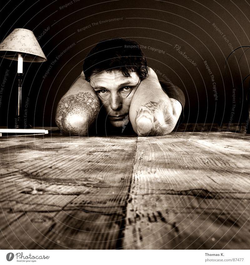 Instant Depression Mann schwarz Ernährung Ferne Holz Traurigkeit Arme Tisch leer Trauer trist kaputt Spuren Streifen Wunsch Sehnsucht