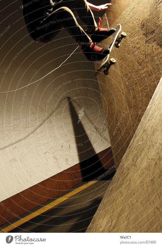 Mann über Board Hand Sport Stil Fuß Beine Arme fliegen Seil Aktion Luftverkehr Skateboarding Schnur Held Halfpipe Funsport Rampe