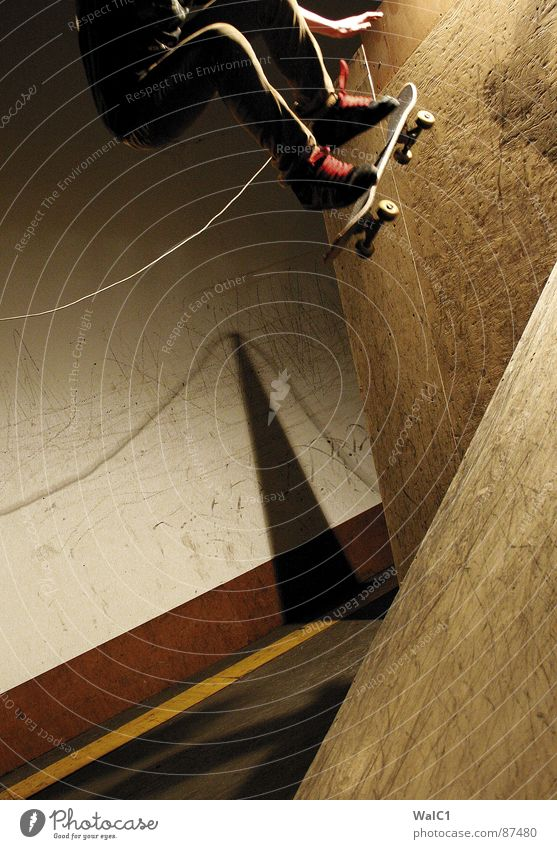 Mann über Board Held Skateboarding Rampe Halfpipe Hand Aktion Schnur Stil Sport Funsport Luftverkehr fliegen Arme Fuß Beine Seil Schatten stylish