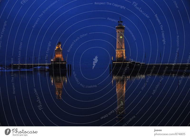 Hafenausfahrt Lindau Wasser ruhig kalt See Wolkenloser Himmel Wahrzeichen Leuchtturm Bodensee