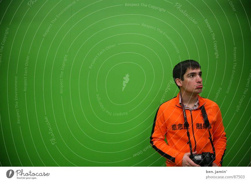 sad tourist Tourist Fotograf grün Trauer trist Verzweiflung green screen orange Traurigkeit Langeweile Mensch