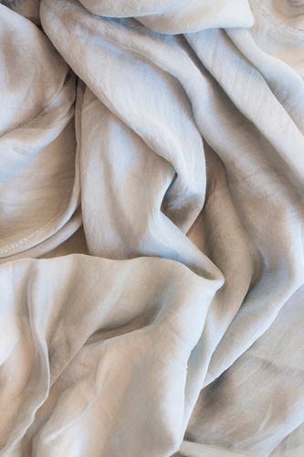 Seide Lifestyle Reichtum elegant Stil Design Wellness Wohlgefühl Erholung Mode Stoff Accessoire Schal weich grau weiß trendy graphisch Oberflächenstruktur