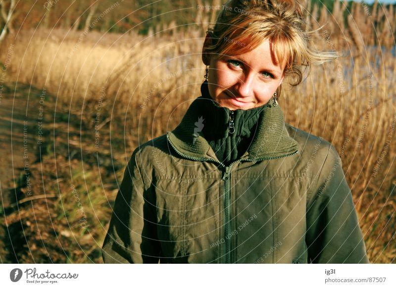 nach 5 am See Mensch Frau grün schön gelb Herbst feminin Gefühle Gras Haare & Frisuren lachen springen braun blond Gold