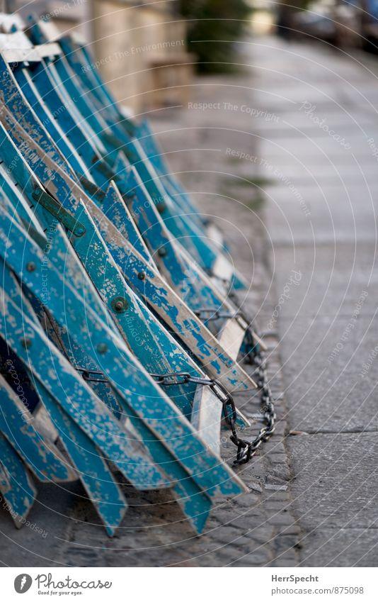 (Weg) Sperrstunde Restaurant Berlin Stadt Stadtzentrum Menschenleer Haus alt trashig blau grau Straßencafé Bürgersteig Stuhl Klappstuhl zugeklappt geschlossen