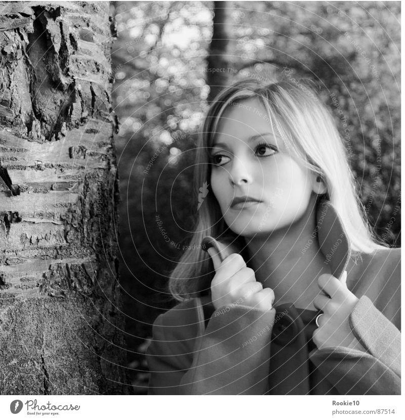 Wald-Style Romantik verträumt Porträt Mantel Glamour gefangen schön attraktiv Hochmut Sorge Modemagazin authentisch Angst Brennpunkt Wunschwelt Klarheit