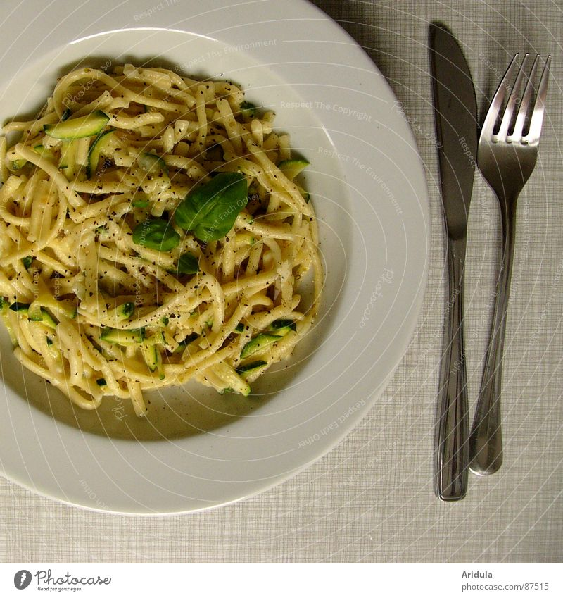 + messer und gabel Ernährung Tisch Küche Speise Gastronomie Appetit & Hunger lecker Teller Mahlzeit Messer Mittagessen Nudeln Gabel Vegetarische Ernährung Basilikum Spätzle