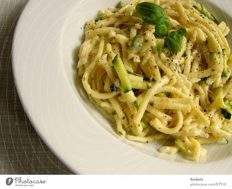 ... und im anflug Ernährung Tisch Küche Speise Gastronomie Appetit & Hunger lecker Teller Mahlzeit Mittagessen Nudeln Vegetarische Ernährung Basilikum Spätzle Gemüse Zucchini