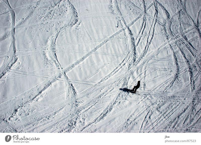 nicht mehr frisch Vogelperspektive Neuschnee Pulverschnee Kraft Skifahrer Skifahren Wintersport Teifschnee Schnee Spuren Kurve Linie Schatten Wellenlinie