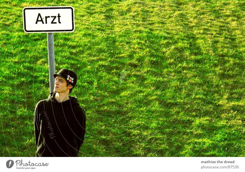 Warten Bis Der Arzt Kommt! Mensch Mann grün Sonne Einsamkeit gelb Wärme Wiese Gras maskulin Schilder & Markierungen warten Neigung Rasen Sonnenbad Weide