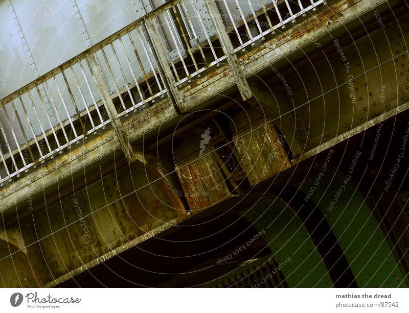 vermodert Stahlverarbeitung verwaschen Eisen Zaun Neigung außergewöhnlich Baustahl diagonal quer Bahnhof Brücke u-bahnbrücke verfaulen Niete Schraube verrückt