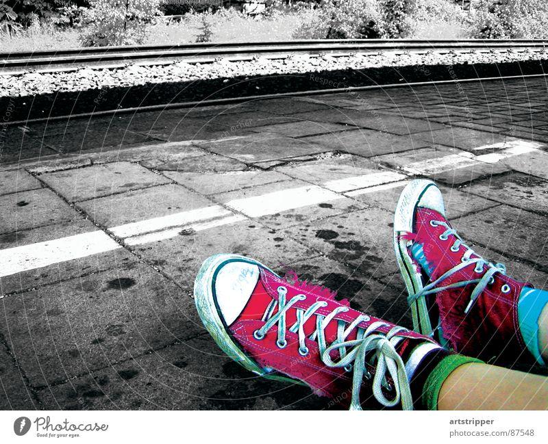 verbundenheit Eisenbahn Gleise Pause Verspätung trampen obdachlos stoppen Barriere Schuhe Chucks kaputt Ferien & Urlaub & Reisen Sommer Stil Indie Schuhbänder