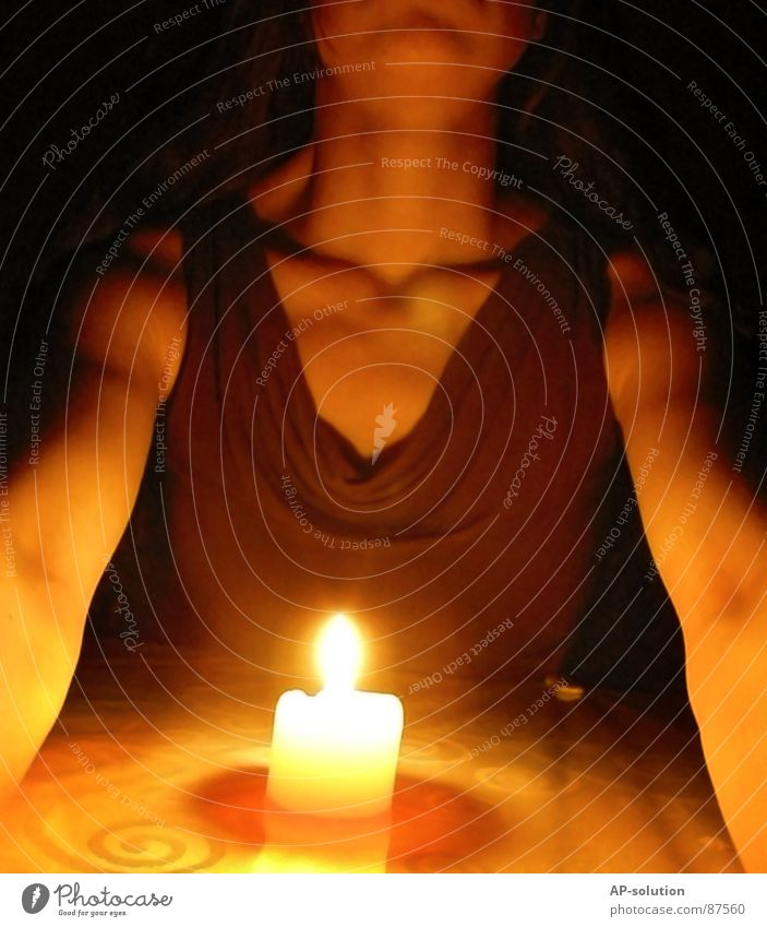schwarze Magie Frau Jugendliche dunkel Tod Religion & Glaube Traurigkeit Angst Arme Brand gefährlich Feuer bedrohlich Kerze dünn Brust Stress