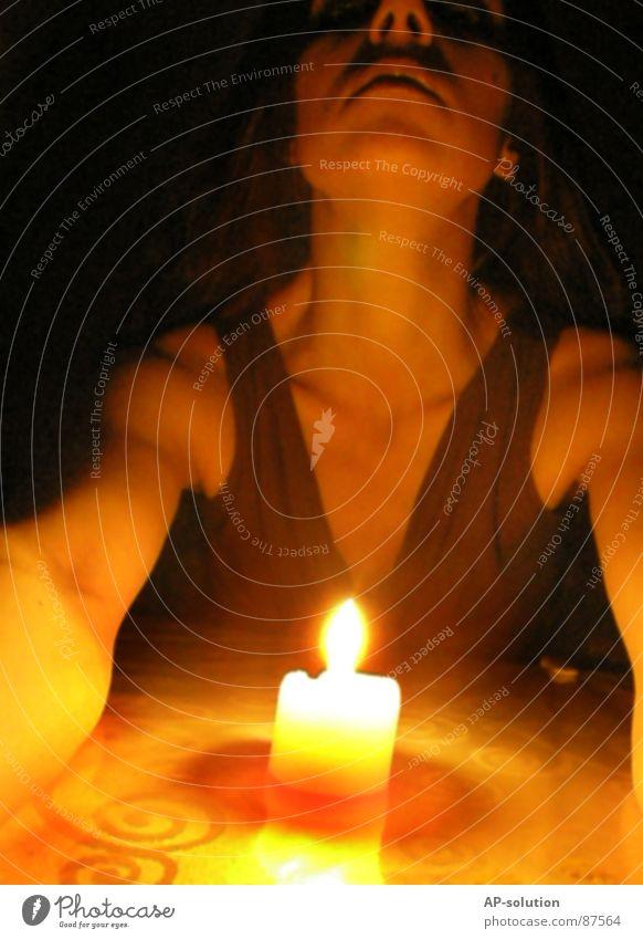 schwarze Magie *2 Frau Jugendliche dunkel Tod Religion & Glaube Traurigkeit Angst Arme Brand gefährlich Feuer bedrohlich Kerze dünn Brust Stress
