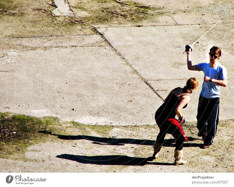 Asphalt-Duell 2 Degen Fechten Frau Kraft Schatten kämpfen Sonne