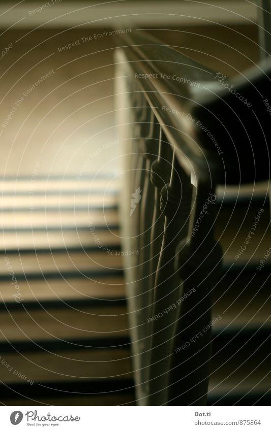 rausgehen Gebäude Treppe Holz alt dunkel Mobilität Ferne Häusliches Leben Treppenhaus Treppengeländer Altbau drechseln abwärts Treppenabsatz Farbfoto