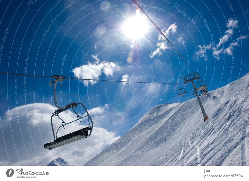 aufwärts! Beleuchtung Skispur Sonntag Licht schön Wolken Strahlung Neuschnee Tiefschnee Pulverschnee Sessel 4 leer Platz abwärts Nachmittag März Skifahrer