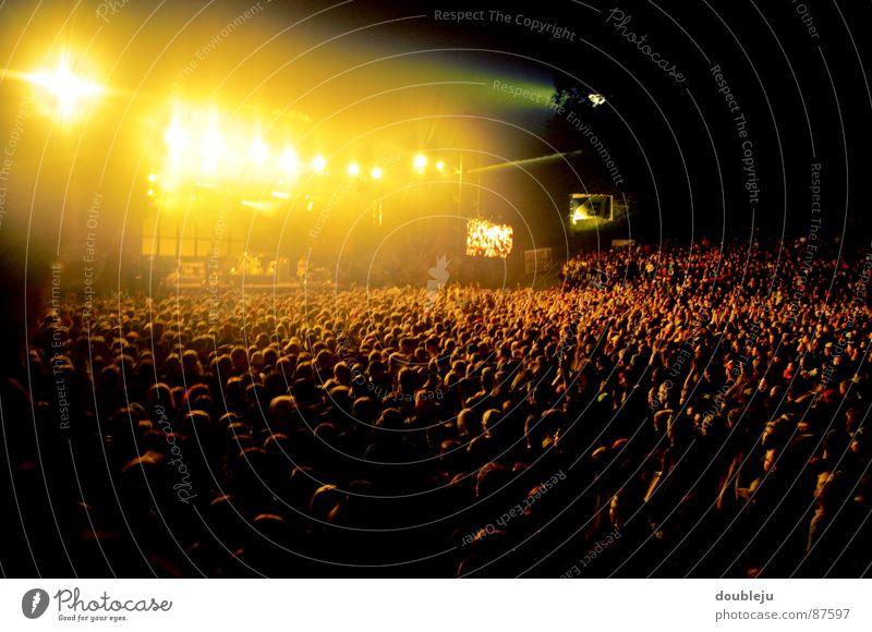 musik hören mit freunden Mensch Musik Lampe Energiewirtschaft Elektrizität Konzert Rockmusik Bühne Ereignisse Bühnenbeleuchtung Klang Scheinwerfer Musikfestival