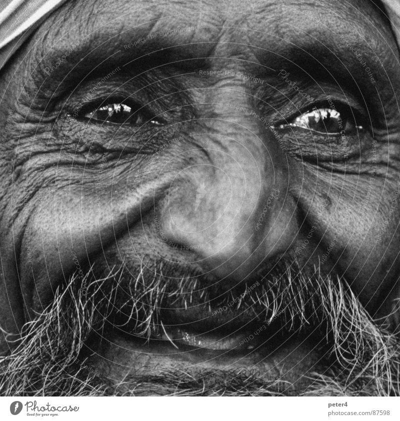Augenblicke 4 fremd Flüchtlinge heimatlos Mensch lachen Schwarzweißfoto Momentaufnahme