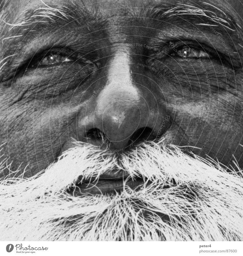 Augenblicke5 fremd Flüchtlinge Bart Weisheit Mensch alt Schwarzweißfoto nachsichtig Momentaufnahme