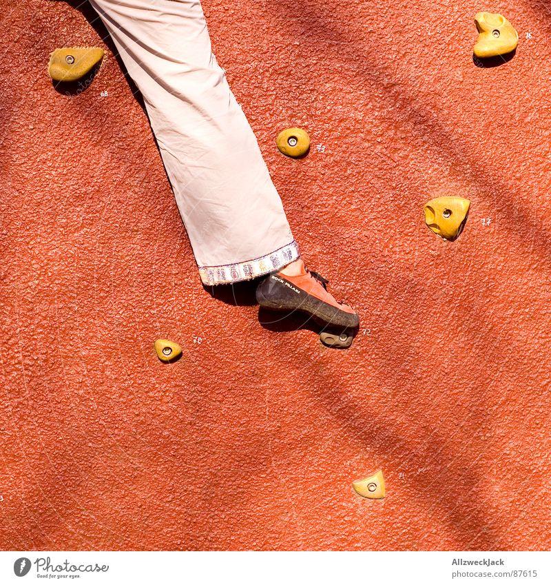 Kraxelhuber rot Spielen Beine Fuß Klettern Konzentration Verkehrswege Bergsteigen Griff Halt Freeclimbing Tragegriff Handgriff Knauf Kletterwand Kletterschuh