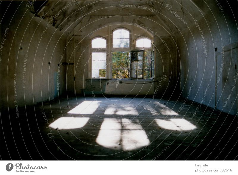 keiner mehr da dunkel Sonnenstrahlen Beleuchtung Fenster mystisch Ruine Licht dreckig Staub Dachboden Dachgeschoss Heilstätte verfallen Raum großes fenster