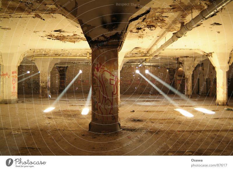 Auch keiner mehr da alt Einsamkeit leer Industrie Strahlung Lagerhalle Säule Lichtstrahl