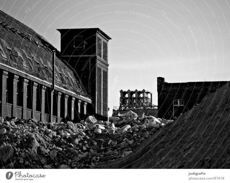 Industrieromantik Straße dunkel Tod Fenster Traurigkeit Wege & Pfade Metall Angst Fassade Industrie Macht Fabrik Baustelle Müll verfallen Backstein