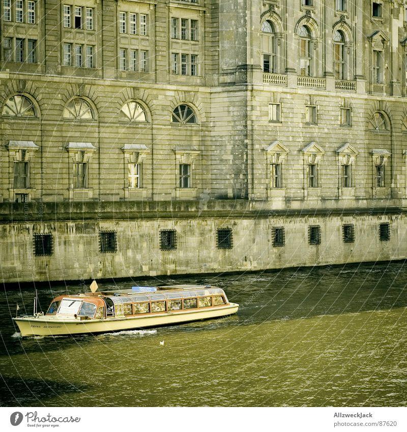 Neulich uffe Spree.. Wasser grün Berlin Wasserfahrzeug braun dreckig Architektur Fassade Tourismus Fluss Kultur historisch Hauptstadt Sightseeing unterwegs Spree