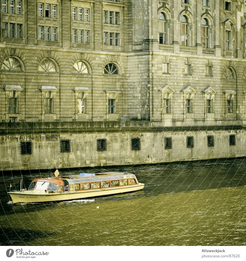 Neulich uffe Spree.. Wasser grün Berlin Wasserfahrzeug braun dreckig Architektur Fassade Tourismus Fluss Kultur historisch Hauptstadt Sightseeing unterwegs