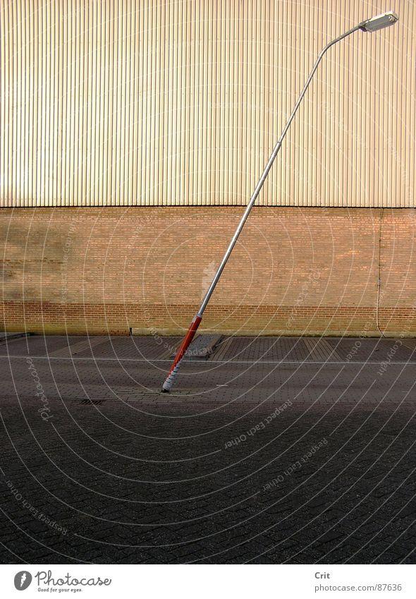 streetlight Straßenbeleuchtung Licht diagonal Lomografie weird slanting strange uncommon Mauer