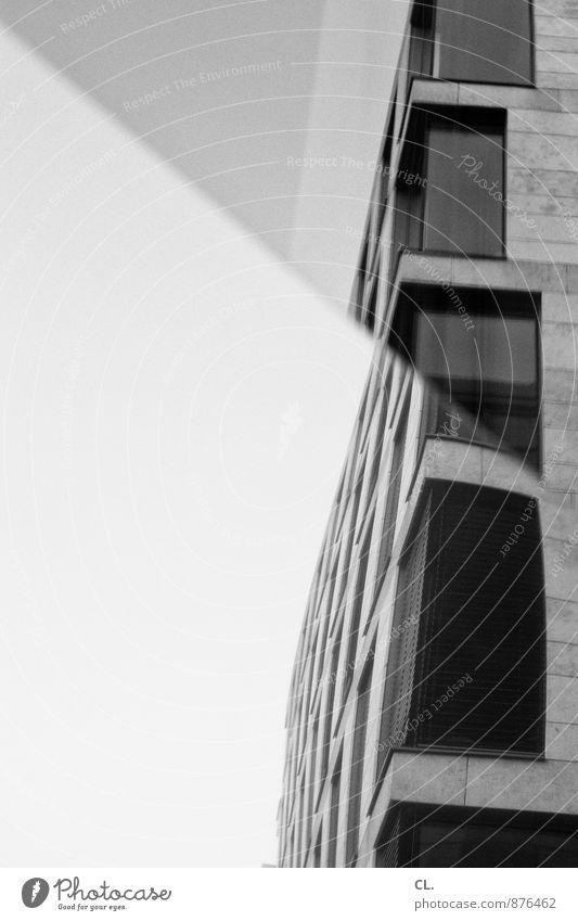 knick in der optik Himmel Stadt Fenster Architektur Gebäude Fassade trist Hochhaus Spiegel eckig Glasfassade