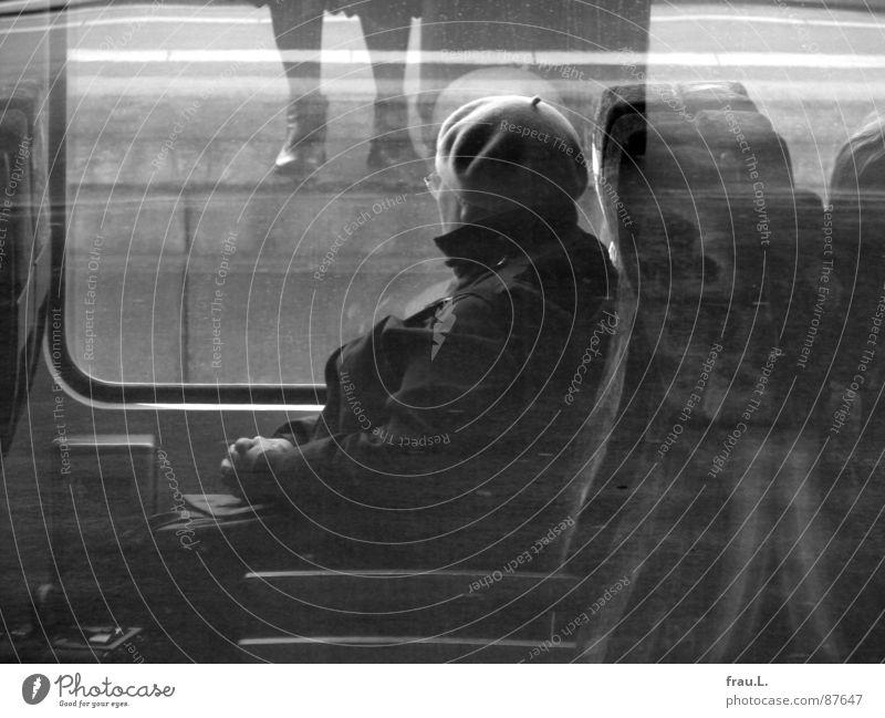 unterwegs Regionalbahn Frau Brille Eisenbahn Bahnsteig Zugabteil Fenster stehen Stiefel Mütze Hand Bahnfahren Senior Station Verkehr Langeweile Beine Bahnhof