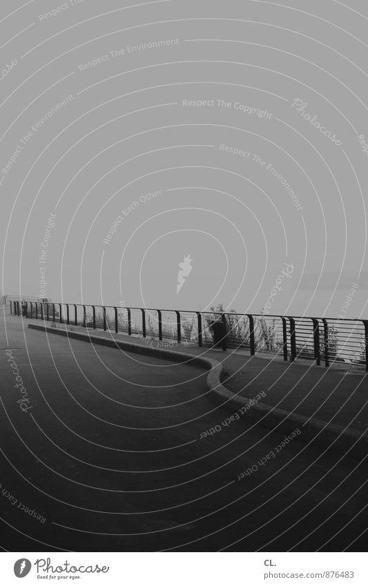 am rhein entlang Umwelt Klima schlechtes Wetter Nebel Fluss Rhein Düsseldorf Verkehr Verkehrswege Fußgänger Wege & Pfade Zaun Barriere dunkel trist ruhig