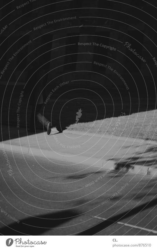 schritt ins dunkel Mensch Mann Stadt Einsamkeit dunkel Erwachsene Leben Straße Bewegung Wege & Pfade gehen maskulin Verkehr Zukunft Ziel Bürgersteig