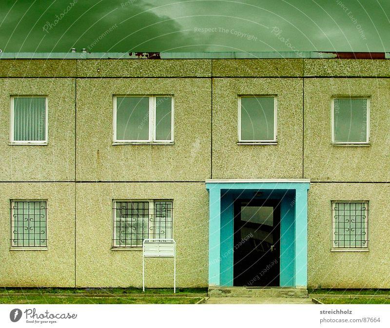 Gemütlich und frisch II Haus Wolken Fenster Traurigkeit Angst Architektur Deutschland Wetter Trauer Vergangenheit Eingang Verzweiflung DDR Panik Schwäche