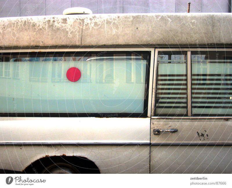 Gebrauch machen = to avail alt PKW Autofenster dreckig Punkt KFZ schäbig Bildausschnitt Anschnitt Oldtimer Krankenwagen