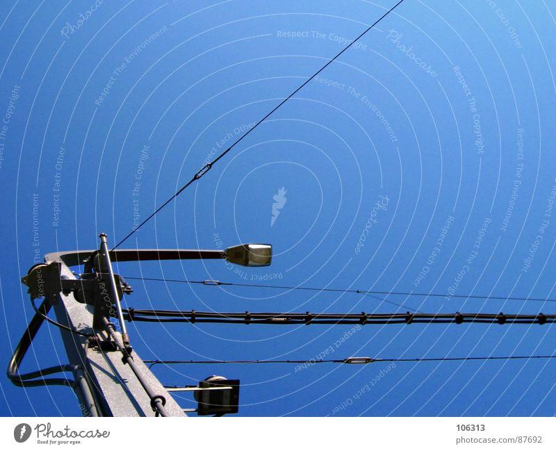 KAMPFBEREIT: URBAN WARRIOR Himmel blau Metall Lampe Beleuchtung Angst Hintergrundbild Ordnung Kraft Elektrizität Industrie Macht bedrohlich festhalten Dinge