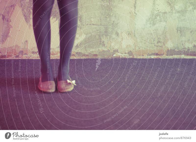 Mädchen Mensch Frau Jugendliche Junge Frau 18-30 Jahre Erwachsene Stil grau außergewöhnlich Beine Fuß Schuhe ästhetisch retro einzigartig dünn