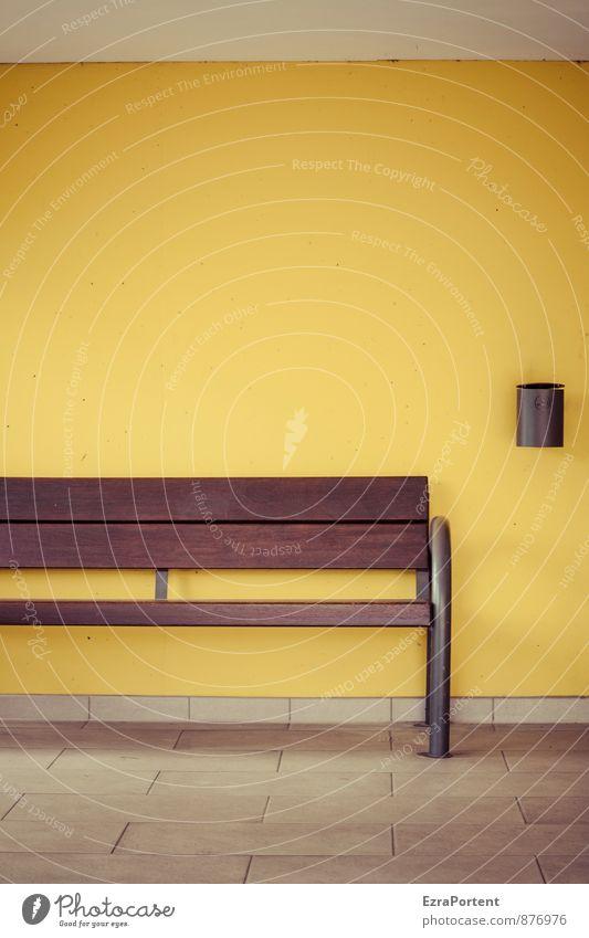 Augenblick Erholung ruhig Häusliches Leben Haus Fassade Linie braun gelb Farbe Bank Bodenbelag Fliesen u. Kacheln Aschenbecher Müllbehälter sitzen Pause