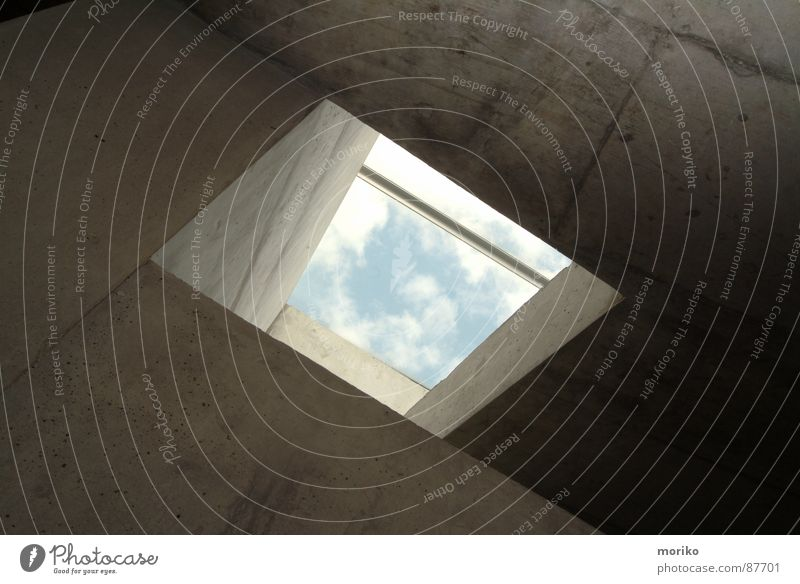 Himmelwärts hell-blau himmelblau Wolken schlechtes Wetter weiß Beton Wand Haus trist Fenster Dachfenster Luke Tor Hoffnung modern Loch Angst