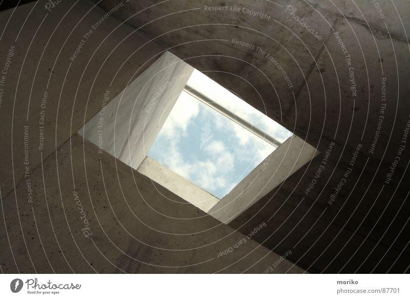 Himmelwärts Himmel weiß blau Haus Wolken Wand Fenster hell Angst Beton Hoffnung modern trist Tor Loch