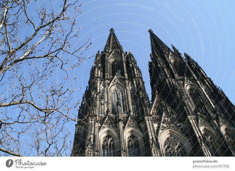 Kölner Dom an einem sonnigen Frühlingstag. Foto: Alexander Hauk Tourismus Kunst Sehenswürdigkeit Macht Güte Opferbereitschaft Reinheit Neid betrügen