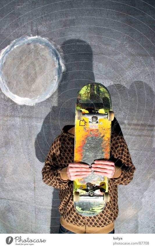 Brett vorm Kopf Licht Hand Jugendliche Skateboarden Mensch Street Schatten Rolle Betton