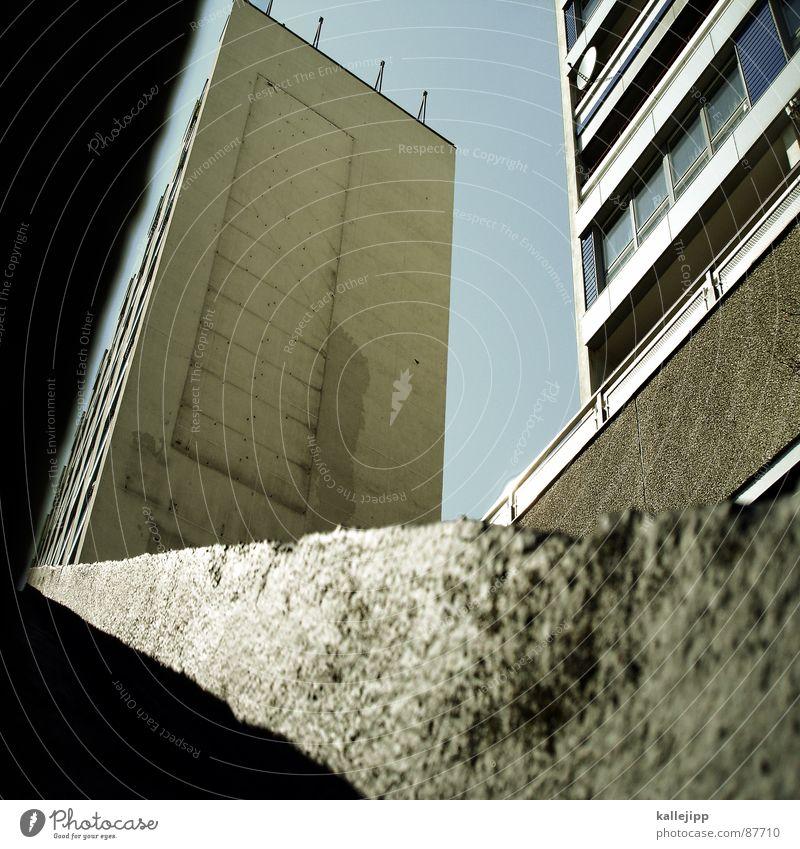 platte Armutsgrenze Hinterhof Plattenbau Fassade Lichthof Fenster Brandmauer Alexanderplatz Osten Wohnanlage Treppe Astronaut Satellitenantenne Ostzone