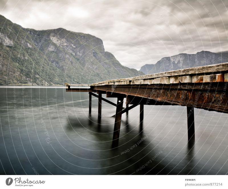 steg Wolken Hügel Felsen Küste Bucht Fjord Meer dunkel Steg Anlegestelle Norwegen geheimnisvoll ruhig Farbfoto Außenaufnahme Menschenleer Textfreiraum links