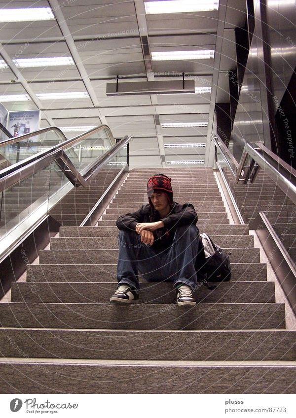 stillstand Stil Erholung ruhig Flughafen Treppe Rolltreppe Schuhe Mütze alt gehen träumen rot Langeweile Müdigkeit Pause stagnierend loslassen driften sinnlos