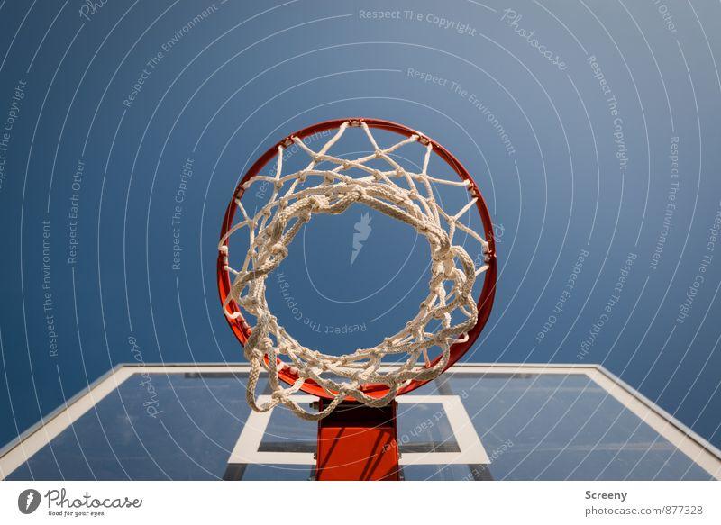 Unterm Korb | UT Köln Himmel blau weiß rot Sport hoch rund Wolkenloser Himmel eckig Basketball Ballsport Sportstätten Basketballkorb Basketballplatz